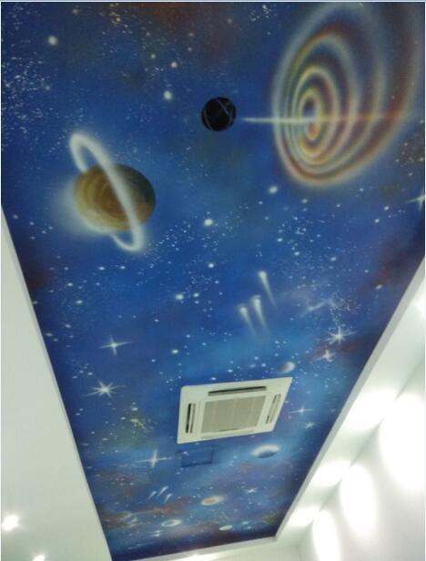 在天花板上绘制一幅手绘墙是很常见的事情